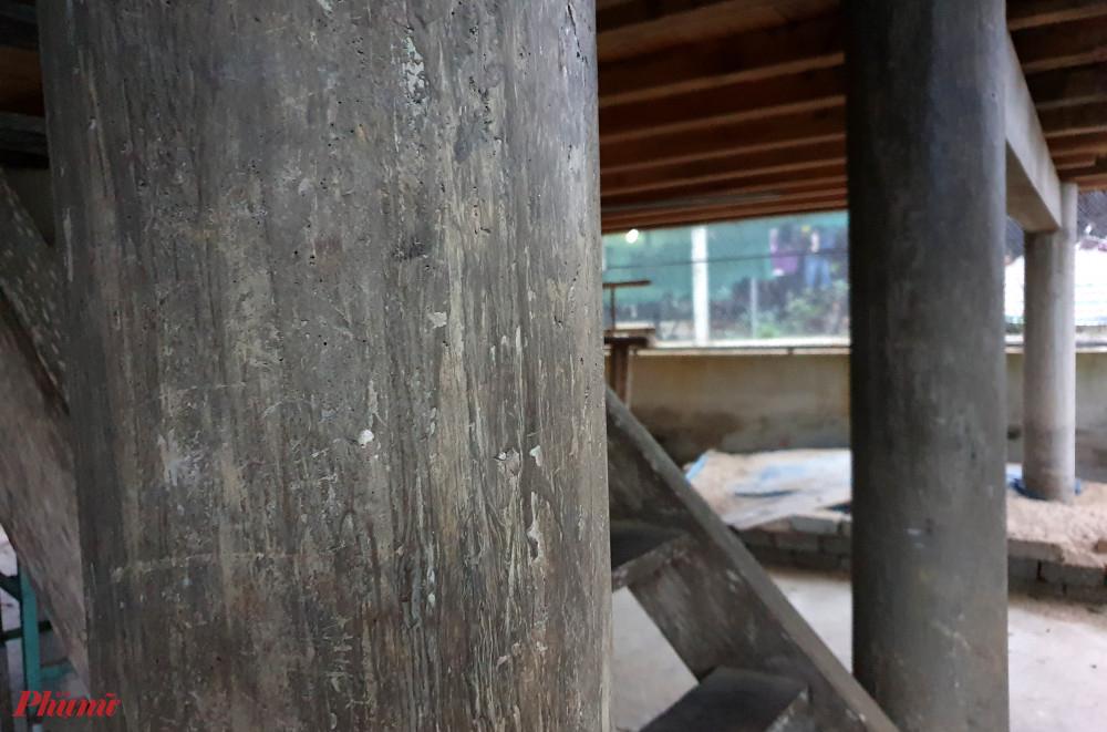 Cột nhà sàn bằng bê tông được làm giả gỗ