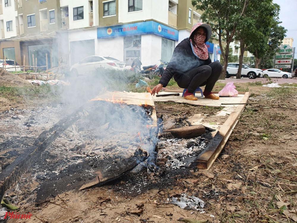 Gỗ vụn, cành cây khô đều được người bán hàng tận dụng đưa lên vỉa hè nhóm lửa