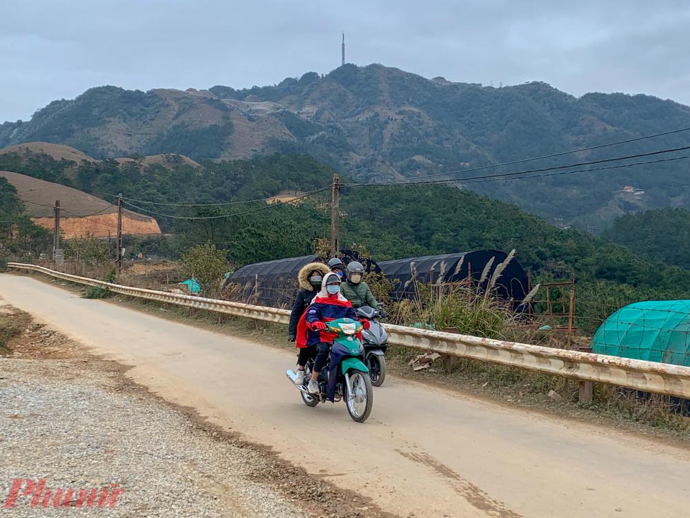Nhiều bạn trẻ cũng liều lĩnh phóng xe máy lên đỉnh Mẫu Sơn trong thời tiết khắc nghiệt này.