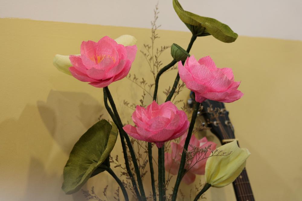 Bên cạnh hoa mai, câu lạc bộ còn làm các chậu quất, dừa, hoa sen cho năm mới.