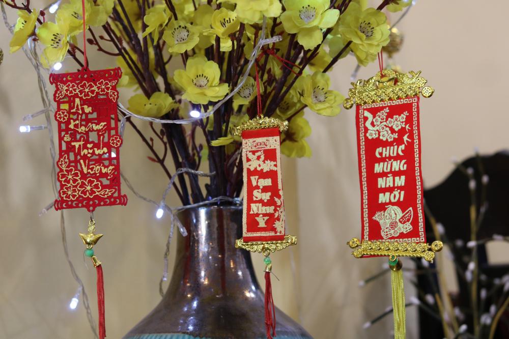 Dây liễn trang trí tạo điểm nhấn cho các chậu hoa.
