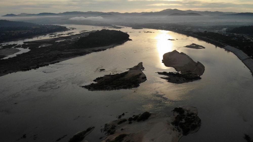Tàu bè không thể đi lại ở đoạn sông này do Trung quốc xây dựng các đập thủy điện trên thượng nguồn - Ảnh: SCMP/Getty Images