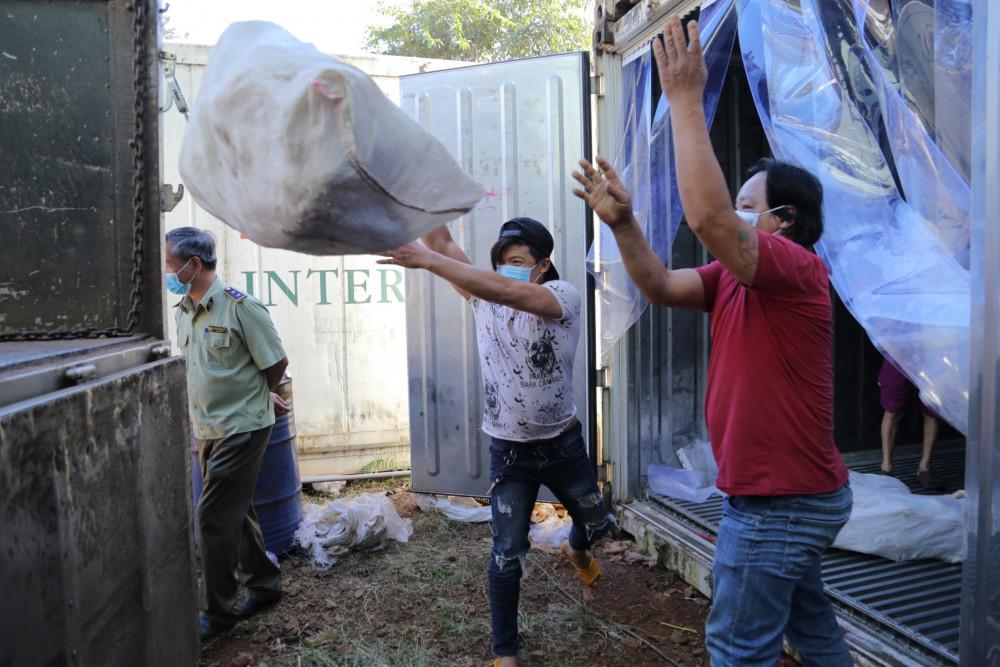Tổng số hơn 14 tấn thịt gia cầm ôi thiu được Lưu Hoàng Thái trữ trong container lạnh. Ảnh QLTT