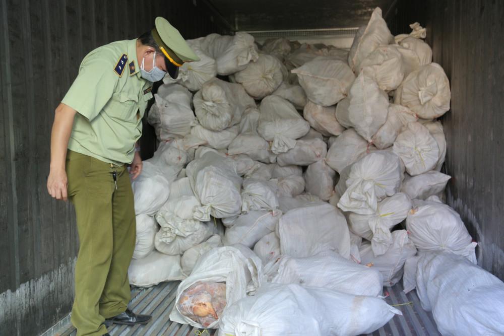 Số thịt gia cầm ôi thiu được chủ hàng mua gom từ nhiều nguồn về trữ đông rồi rao bán qua mạng