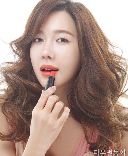 Nữ diễn viên quyến rũ với màu son hồng san hô.