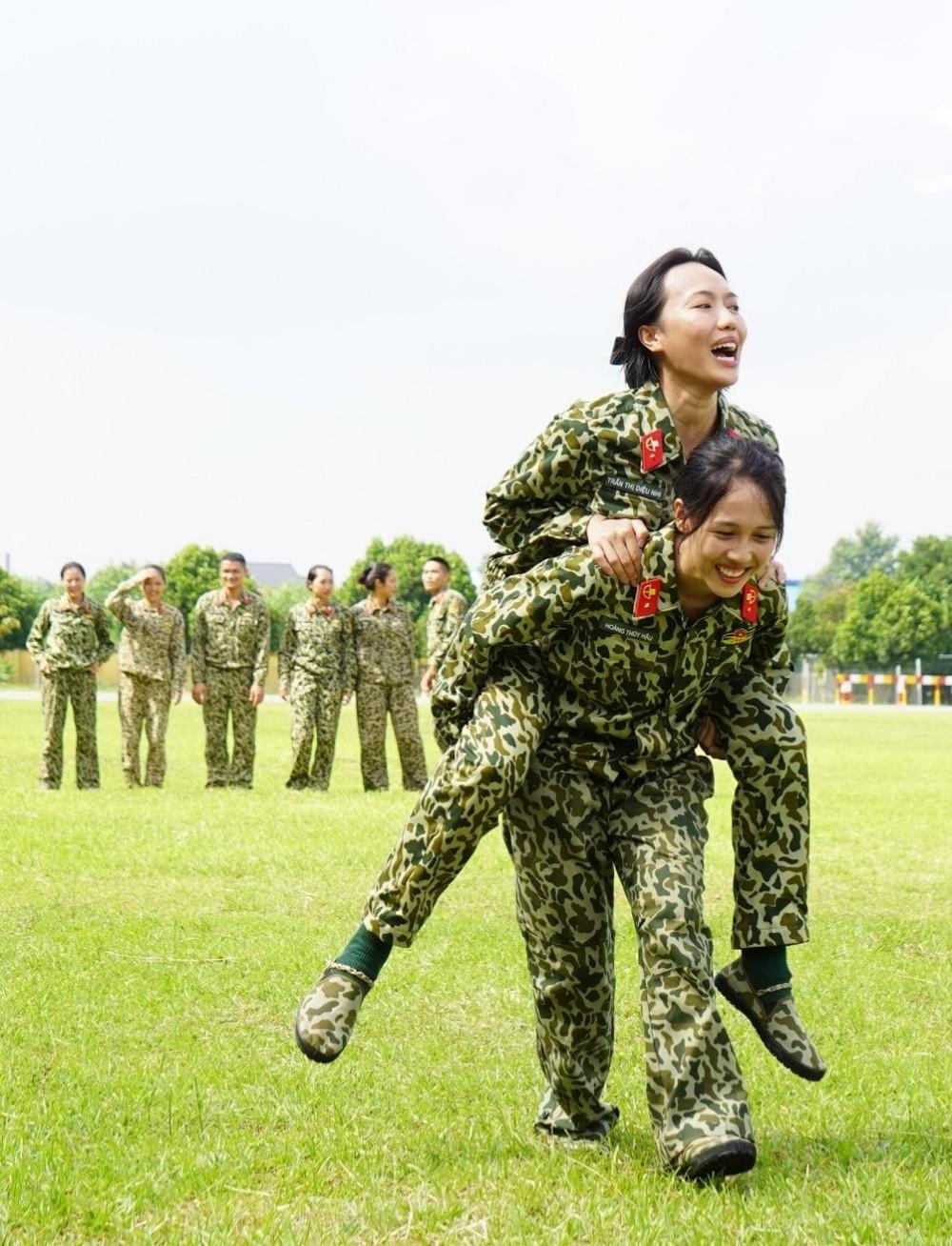 """vô tình lại """"hài hước hóa"""" môi trường quân ngũ"""