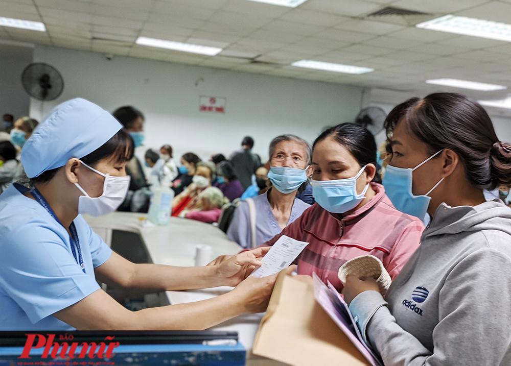 Người dân đăng ký khám bảo hiểm y tế tại TPHCM