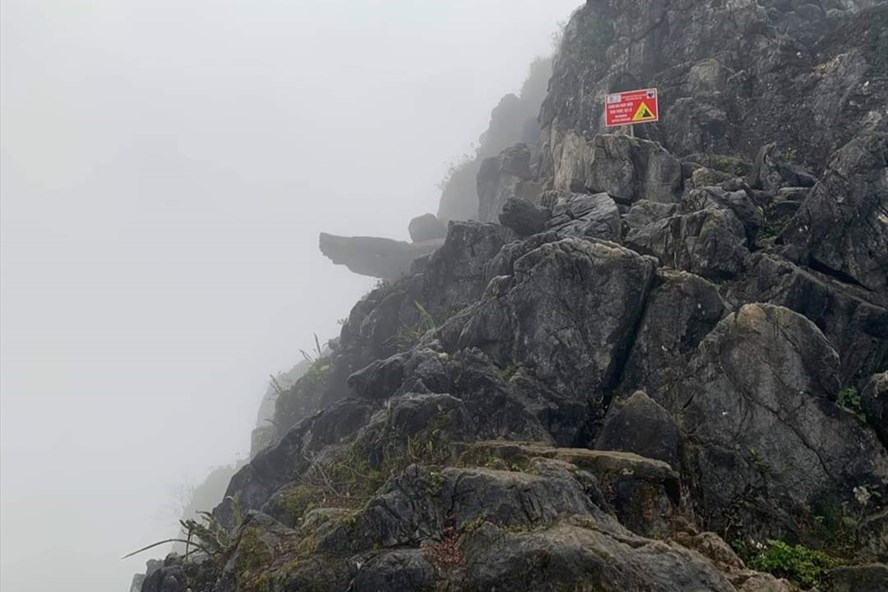 """""""Mỏm đá tử thần"""" ở Hà Giang đã được chính quyền cắm bảng cảnh báo nguy hiểm, nhưng nhiều người vẫn bất chấp - Ảnh: Ngọc Lâm/LĐO"""