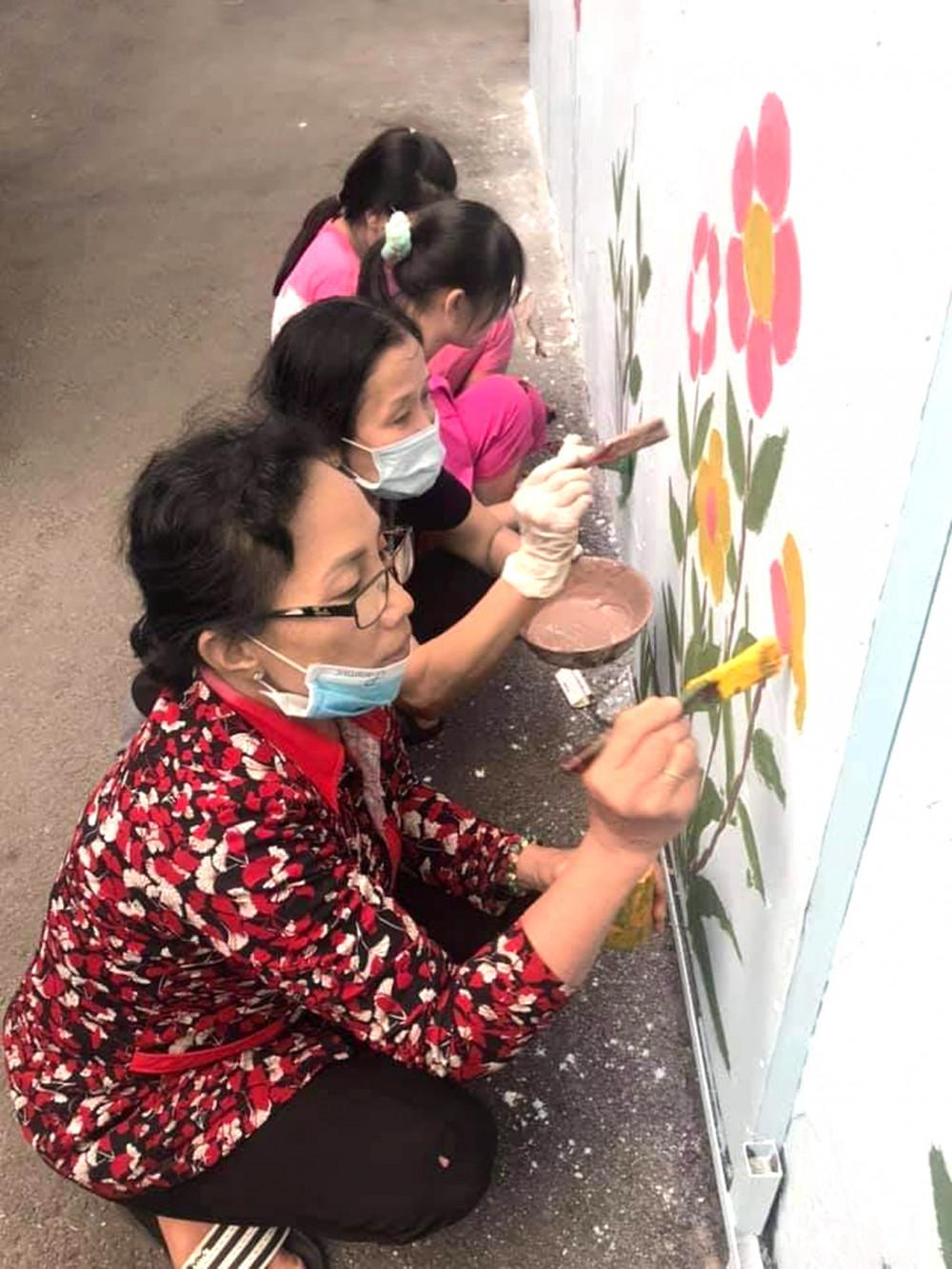 Hội LHPN P.Tây Thạnh thực hiện sơn tường và trồng cây xanh