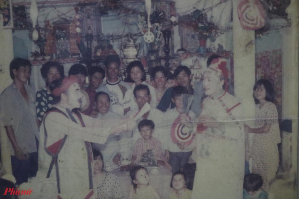 Nghệ nhân Tư Trầu cho biết đây là tấm ảnh hiếm hoi chụp ông cùng với thầy mình là nàng bóng Thủ nổi tiếng.