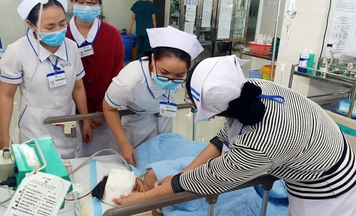 Các y bác sĩ đang điều trị tích cực cho cháu K