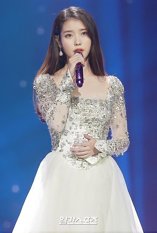 IU trình diễn tại lễ trao giải Golden Disc Awards.