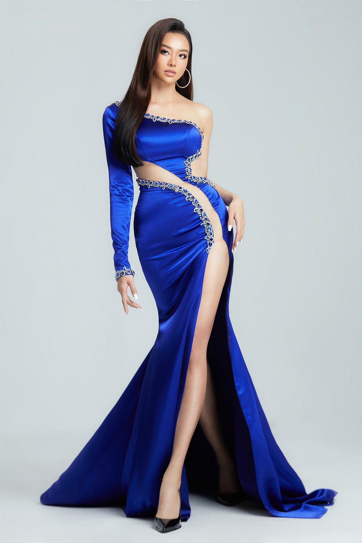 Hoa hậu Kiều Ngân tiếp tục khẳng định phong cách thời trang quyến rũ trong bộ cánh dạ hội của NTK Thượng Gia Kỳ. Chiếc đầm xanh lệch vai,  với điểm nhấn là những đường cắt xẻ táo bạo ở phần hông và eo khoe khéo sắc vóc cân đối của cô nàng.