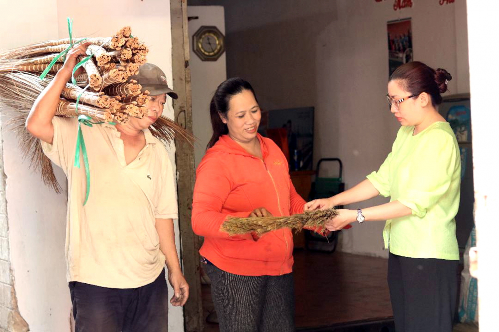Chị Nguyễn Thị Anh Thy (bìa phải) -  Chủ tịch Hội LHPN P.Linh Đông, TP.Thủ Đức -  thăm cơ sở sản xuất chổi của vợ chồng chị Thanh