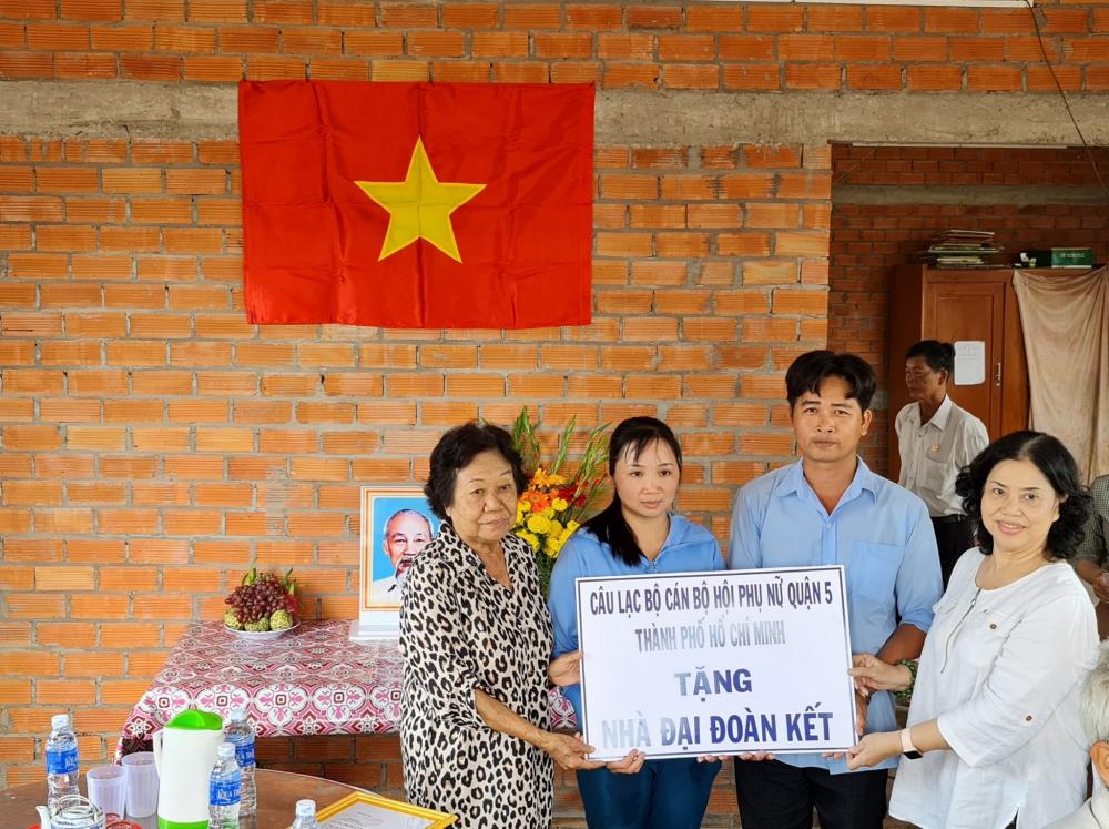 Vơ chồng ông Lê Hoàng Điệp (giữa) nhận nhà mới với diện tích xây dựng 112 m2