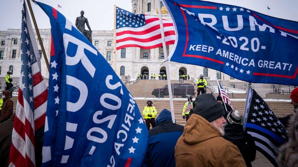 Những người ủng Tổng thống Trump tập trung trước tòa nhà chính quyền tại thành phố St. Paul ở Minnesota (Minnesota Capitol) ngày 9/1/2021 - Ảnh: AP/Star Tribune