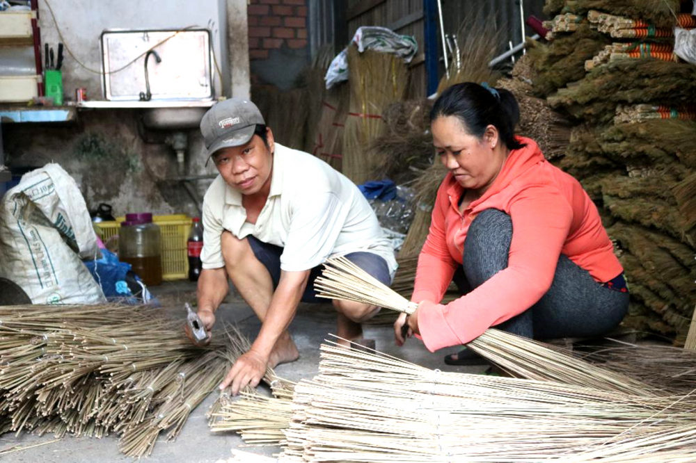 Với nghề bện chổi, vợ chồng chị Thanh đã cất được nhà, lo cho bốn người con ăn học