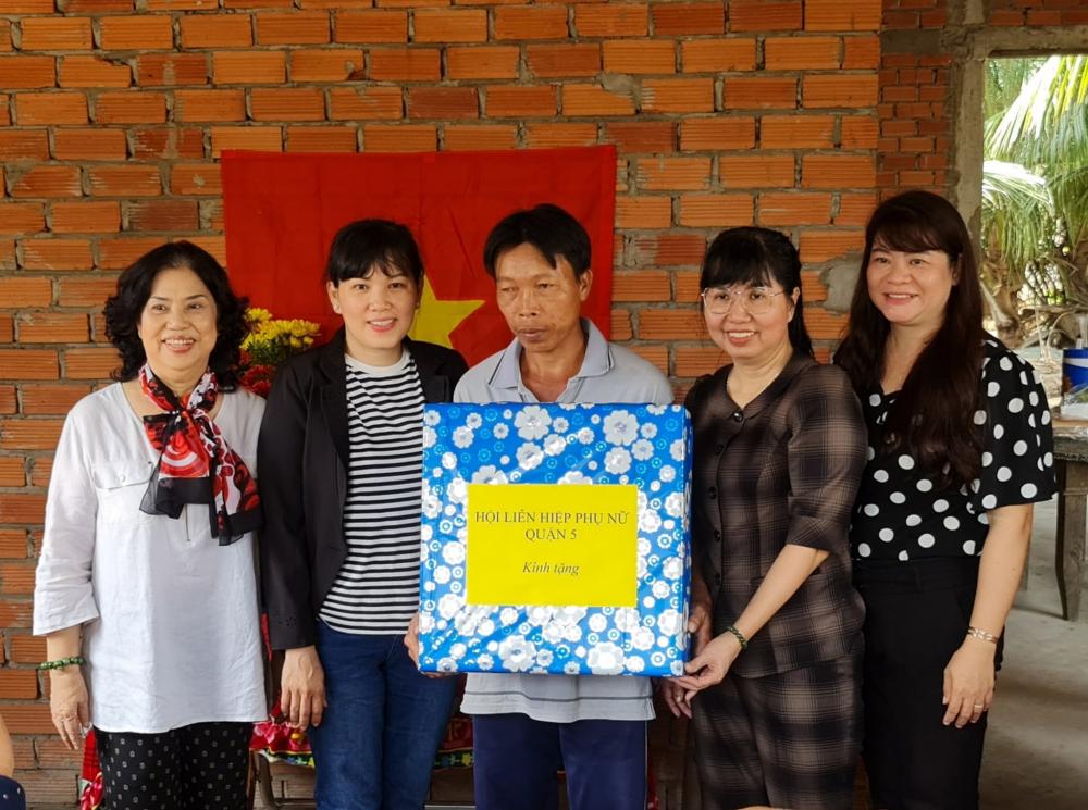 Lãnh đạo Hội LHPN Q.5 và CLB Cán bộ Hội quận trao quà tân gia  cho hộ ông Trương Văn Được.