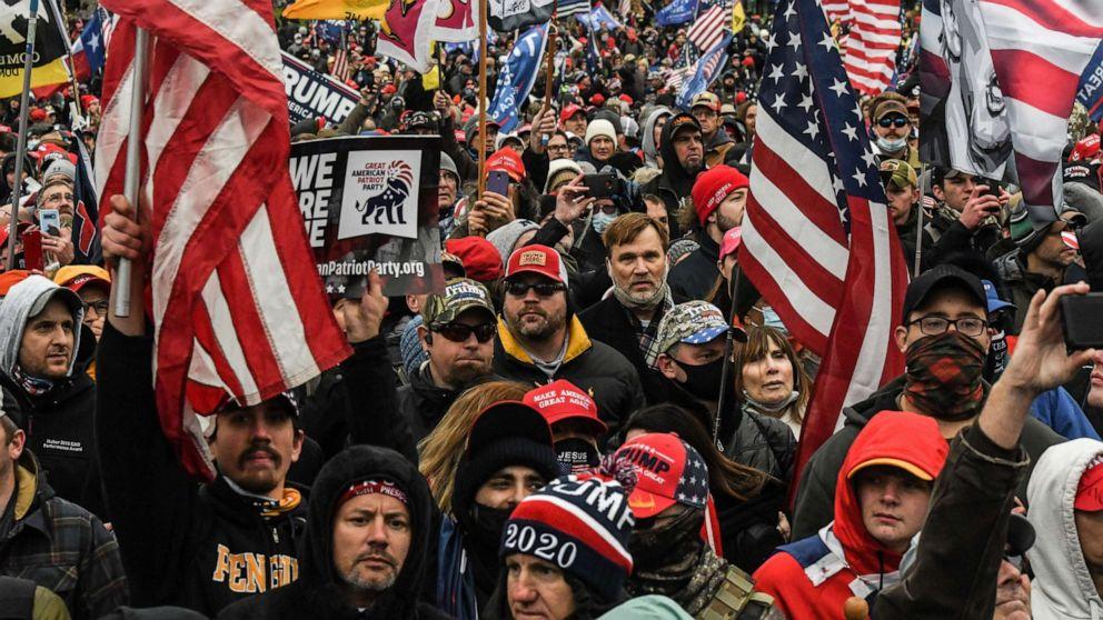 """Những người ủng hộ Tổng thống Donald Trump tham gia cuộc biểu tình Chống đánh cắp bầu cử"""" bên ngoài tòa nhà Capitol ở Washington, D.C., ngày 6 /1/2021 - Ảnh: Reuters"""