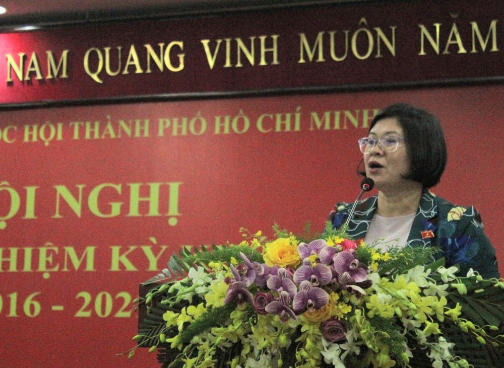 Phó trưởng Đoàn ĐBQH TPHCM Văn Thị Bạch Tuyết báo cáo hoạt động trong nhiệm kỳ.