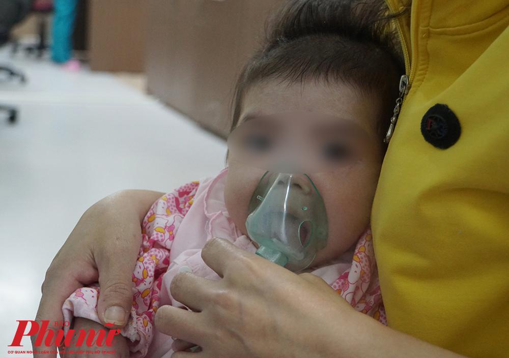 Thay vì cùng nhau trị bệnh cho con, cha mẹ hãy đưa bé đến cơ sở y tế để được khám và điều trị đúng cách.