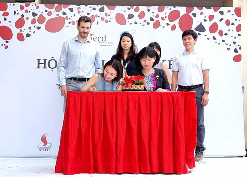 Bà Trần Thị Phương Hoa - Phó chủ tịch  Hội LHPN thành phố (ngồi bên phải)  ký kết chương trình hợp tác giai đoạn mới cùng Viện Hợp tác phát triển châu Âu