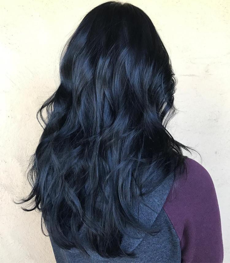 Màu tóc xanh đen là sự pha trộn hoàn hảo giữa màu sắc tông trầm và tông đậm.