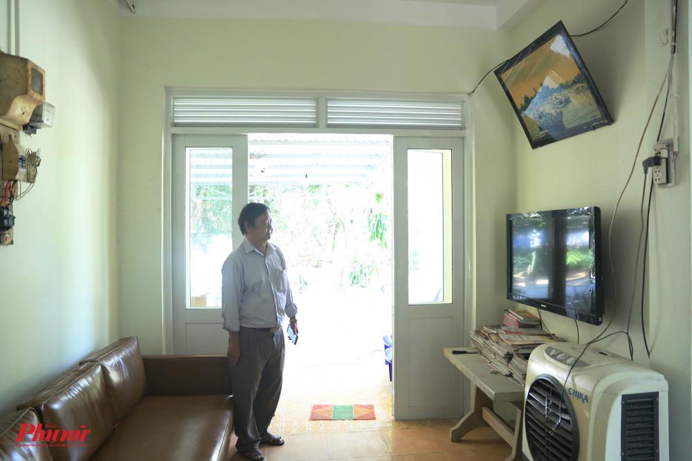 Khu vực dành cho nghệ sĩ xem tivi vào mỗi tối, đọc sách báo.