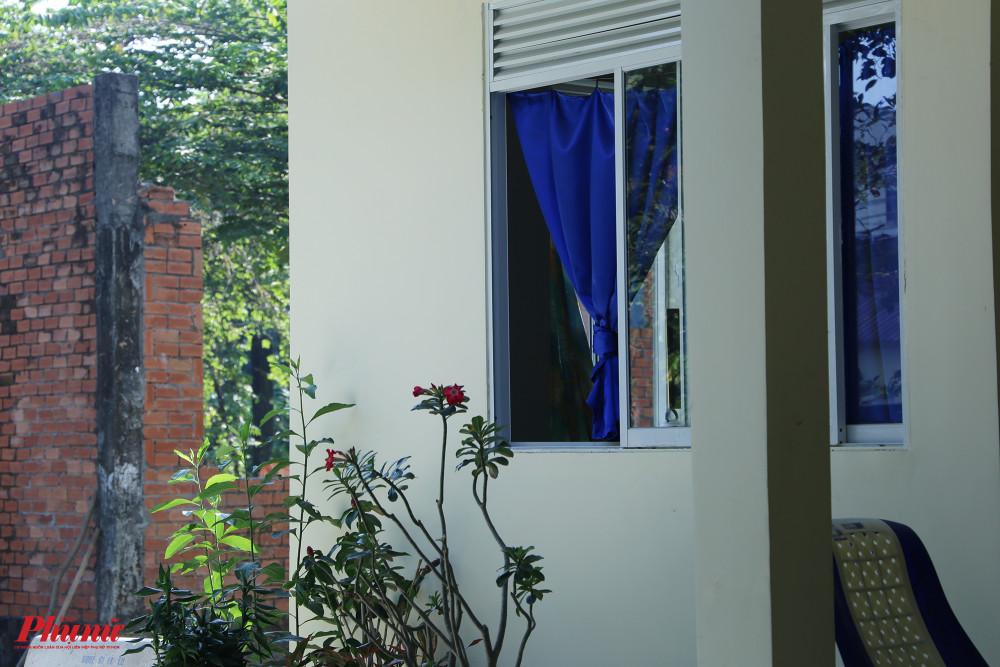 Căn phòng của nghệ sĩ Lệ Thẩm được phủ rèm xanh bắt mắt, bên ngoài có trồng những chậu hoa sứ.