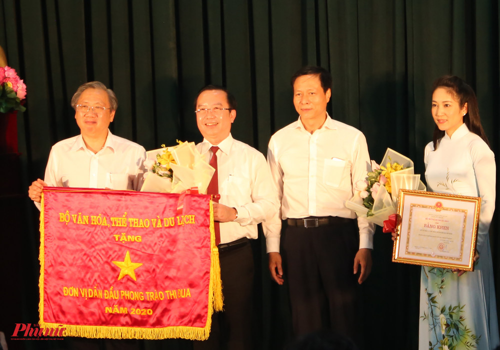 Lãnh đạo sở VH-TT TPHCM nhận cờ thi đua của Bộ VH-TT&DL