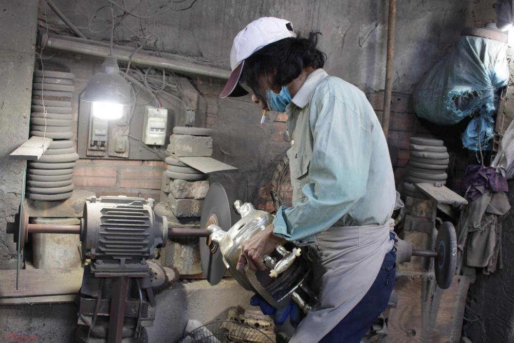 Mỗi người thợ phụ trách một công đoạn, chỉ có anh Thái mới có khả năng thao tác hết tất cả công đoạn để làm ra một chiếc lư đồng.