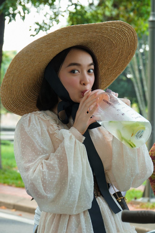 Ngoài ăn kiêng, Kaity Nguyễn kết hợp uống detox để ép cân.