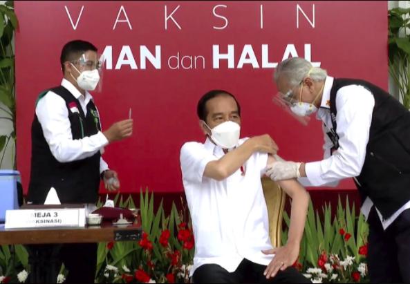 rong hình ảnh này được tạo ra từ một đoạn video do Phủ Tổng thống Indonesia công bố, Tổng thống Joko Widodo, trung tâm, chuẩn bị tiêm vắc-xin COVID-19 tại Cung điện Merdeka ở Jakarta, Indonesia, Thứ Tư, ngày 13 tháng 1 năm 2021. Widodo hôm thứ Tư đã nhận được mũi đầu tiên của vắc-xin COVID-19 do Trung Quốc sản xuất sau khi Indonesia phê duyệt để sử dụng khẩn cấp và bắt đầu nỗ lực tiêm vắc-xin cho hàng triệu người ở quốc gia đông dân thứ 4 thế giới. (Phủ Tổng thống Indonesia qua