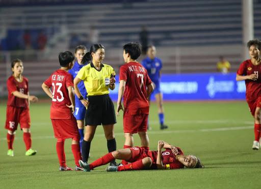 Nhiều lần Huỳnh Như phải nằm sân vì bị cầu thủ đội bạn chăm sóc quá đặc biệt