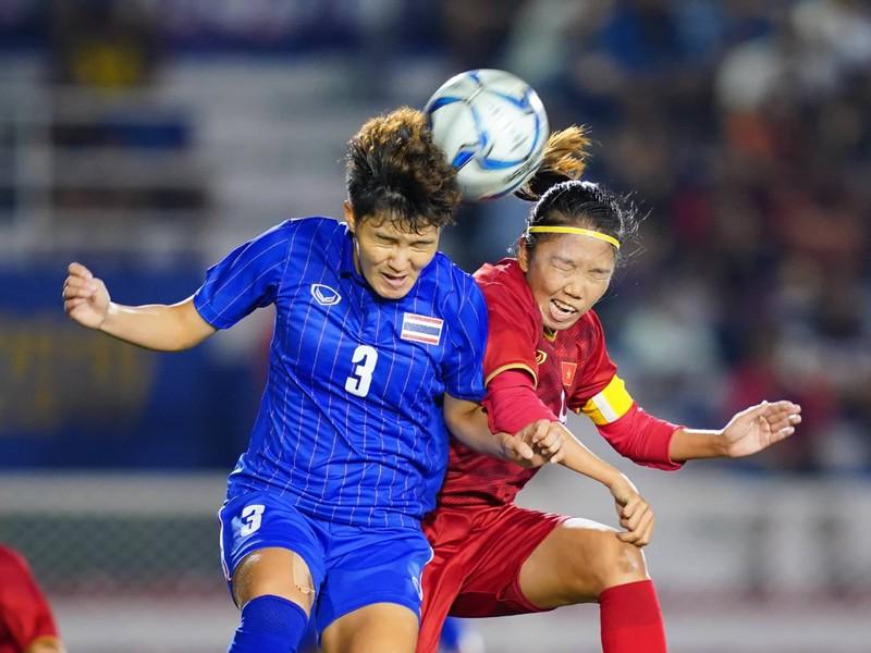 Huỳnh Như tranh chấp bóng quyết liệt trước tuyển Thái Lan