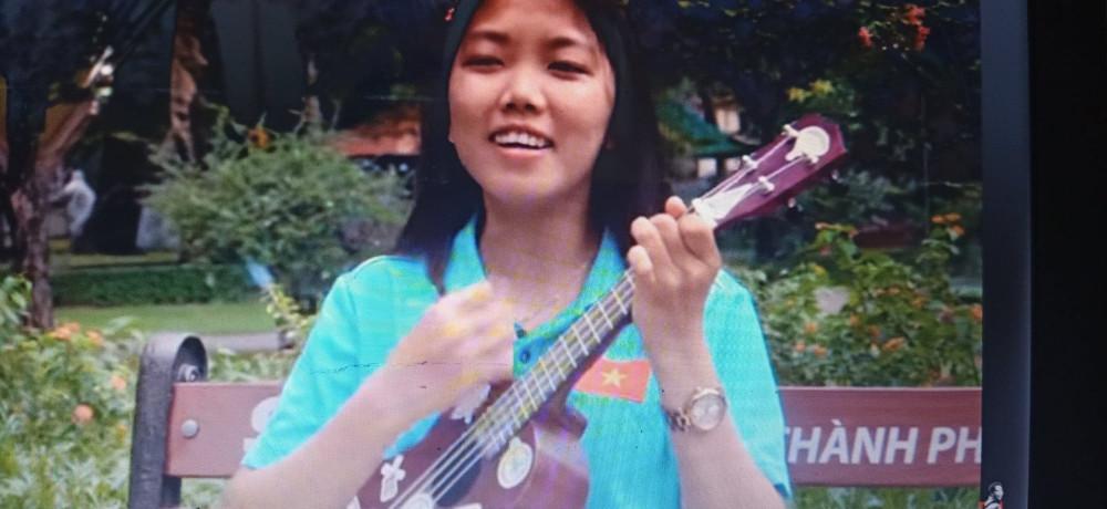 Huỳnh Như với khoảnh khắc thăng hoa vừa đàn, vừa làm ca sĩ