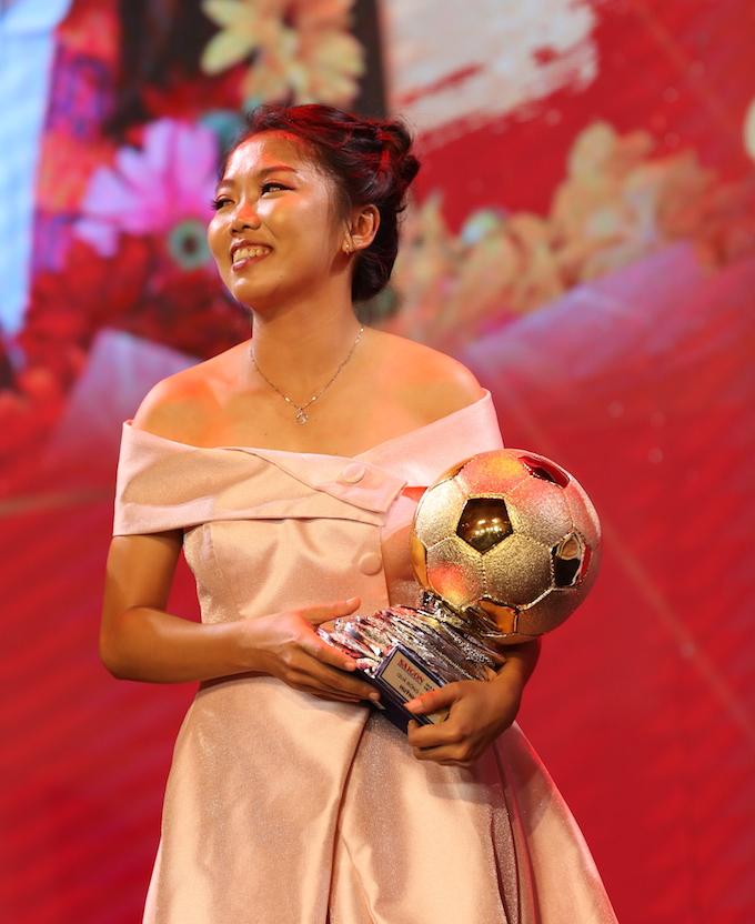Cùng với tuyển thủ Đỗ Hùng Dũng, Huỳnh Như đạt danh hiệu Quả bóng vàng năm 2019 - một năm thành công rực rỡ của bóng đá Việt Nam