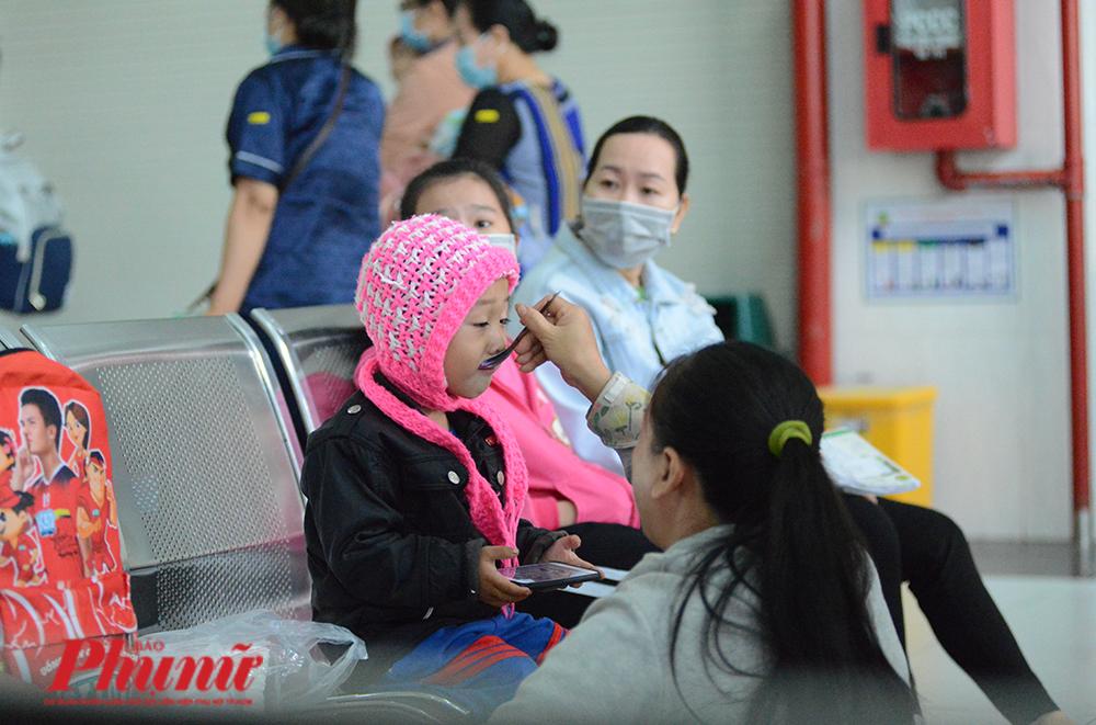 Chị Trần Thị  Tú, quận Tân Phú cho biết nhiệt độ sáng nay có lạnh hơn mấy ngày trước. Con gái anh chị bị chẩn đoán viêm tiểu phế quản.