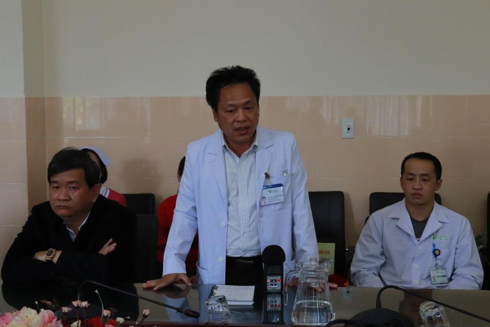 Lãnh đạo Bệnh viện Đa khoa Thiện Hạnh báo cáo với đoàn công tác