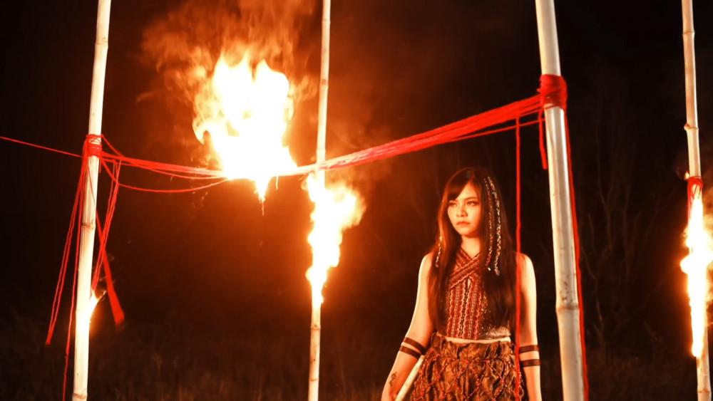 Mới đây, TiA gây bất ngờ cho khán giả khi hóa thân thành cô gái dân tộc trong trang phục lạ mắt do stylist Diệp Linh Châu chuẩn bị.