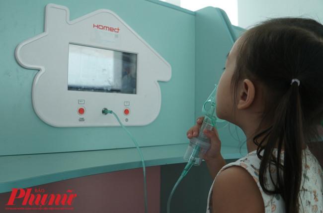 Phun khí dung phải được bác sĩ chỉ định. Bệnh nhi cần tới các bệnh viện có khoa Hô hấp để điều trị.