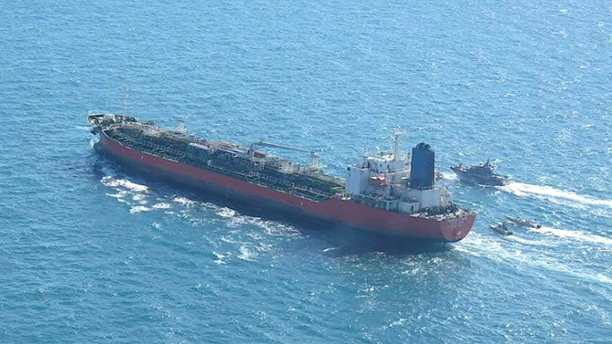 tàu chở dầu mang cờ Hàn Quốc Hankuk Chemi bị các tàu của Iran áp giải. Ảnh: Tasmin News Agency