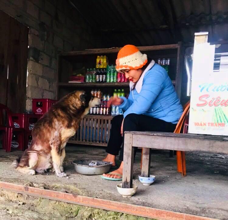 Đốt lửa sưởi ấm cho 'thú cưng' tại thị trấn A Lưới