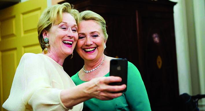 """Cựu đệ nhất phu nhân Hillary Clinton  chụp ảnh """"tự sướng"""" với nữ diễn viên  Meryl Streep vào năm 2012 - Ảnh: POLITICO"""