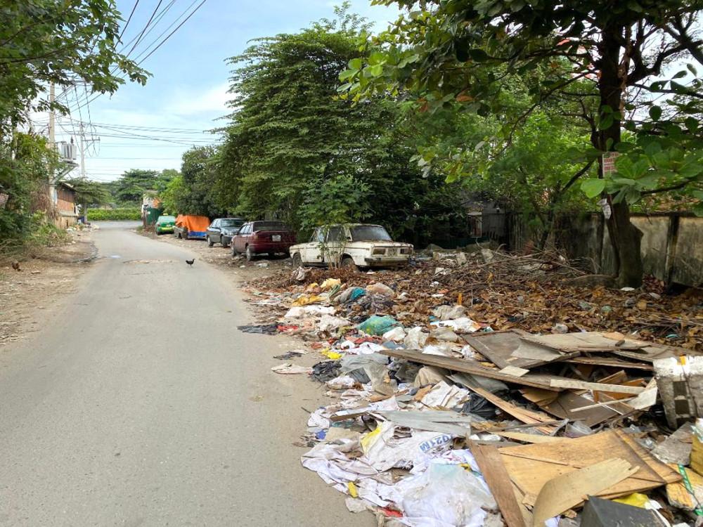 Một trong hai bãi rác vô chủ cặp bờ rào Đài Phát sóng phát thanh Quán Tre - lối ra Quốc lộ 1A