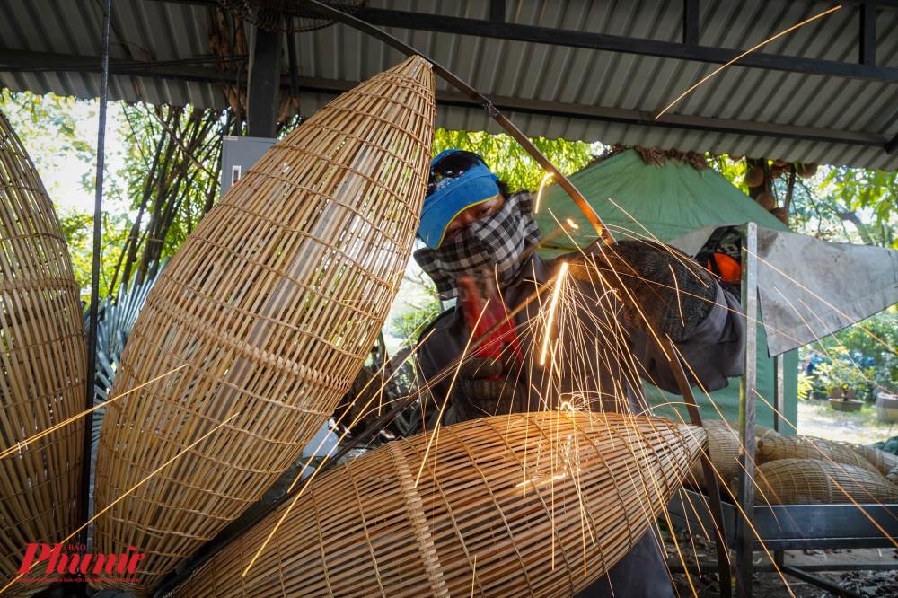Các công nhân tại xưởng sản xuất khu vực Văn Thánh đang tích cực chạy nước rút