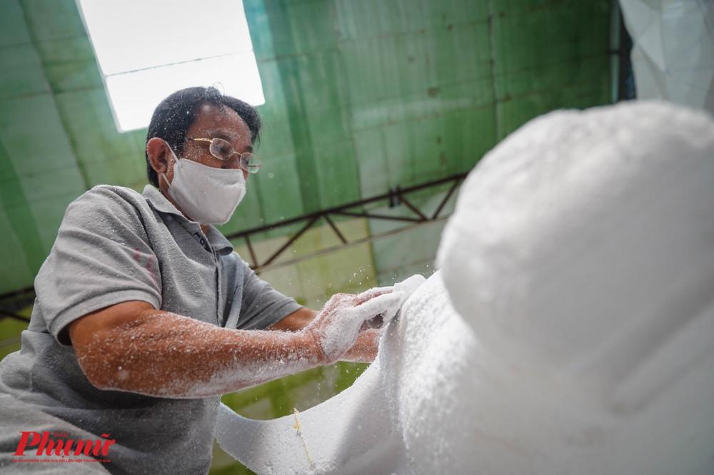 Vật dụng tạo hình cho linh vật năm nay chủ yếu được làm bằng mút xốp, nhưng theo nahf sản xuất, loại mút này có độ mịn cao và khó gãy, để quá trình chế tác dễ dàng hơn.