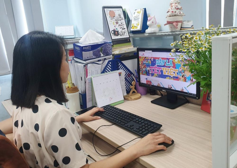 Nhân viên văn phòng đặt dịch vụ giỏ quà Tết giao hàng xuyên Việt của siêu thị Co.opmart. Ảnh: Saigon Co.op cung cấp
