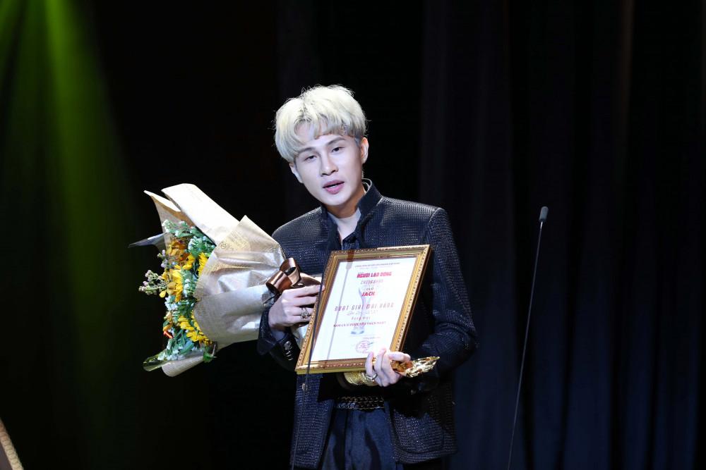 Jack nhận được giải Nam ca sĩ được yêu thích nhất trước nhiều ca sĩ có hoạt động khá ấn tượng trong năm qua.