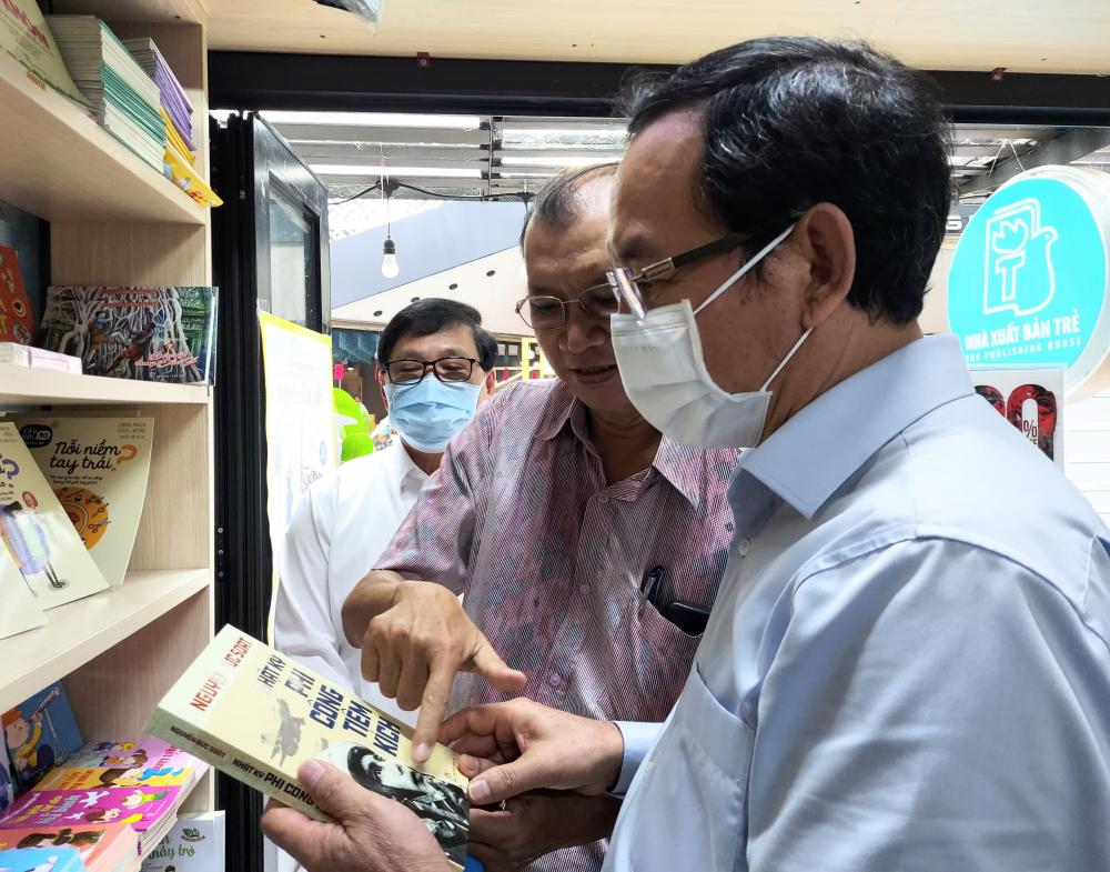 Bí thư Thành ủy TPHCM Nguyễn Văn Nên quan tâm đến dòng sách giáo dục chính trị, lý tưởng cho thanh thiếu niên của NXB Trẻ.
